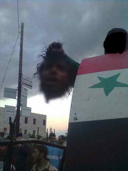 احد مسلحي فوج الهادي التابعة لميليشيا النمر يحمل رأس مقطوع