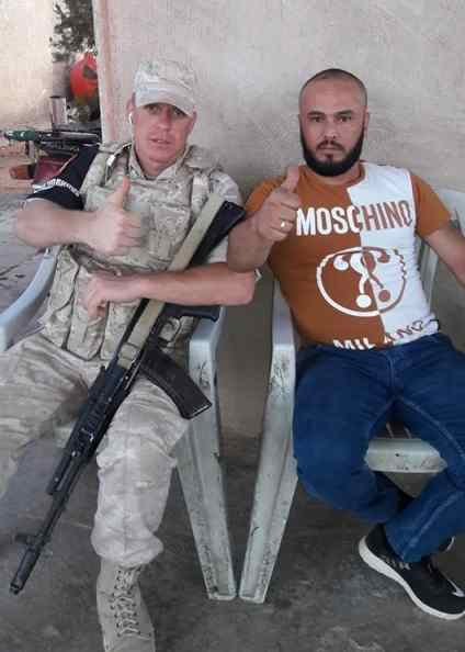 Tarmeh Regiment group commander Wadah Hamoud with a Russian soldier in Dara'a in June 2018.